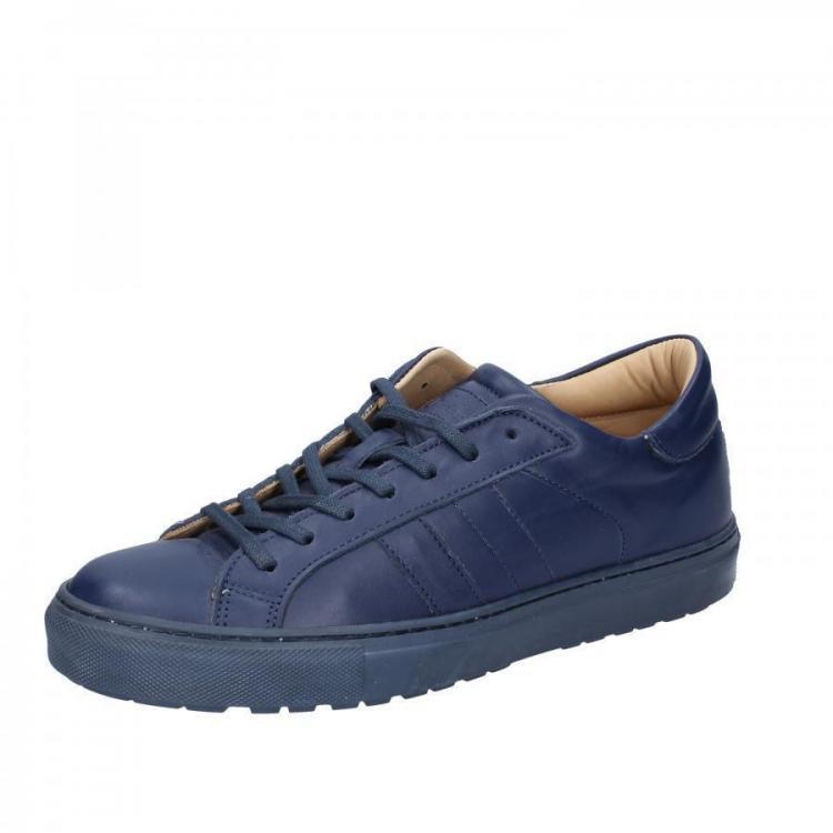 Blauer Schuh D.A.T.E..jpg